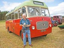 Omnibus de la vendimia con el conductor auténtico. Foto de archivo libre de regalías