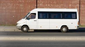 Omnibus de lanzadera blanco en blanco foto de archivo libre de regalías