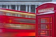 Omnibus de Londres y cabina de teléfonos en nieve Fotografía de archivo libre de regalías