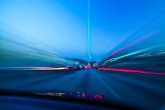 Omnibus de nuit avec la circulation de véhicule image stock
