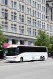 Omnibus de viaje blanco en la ciudad Foto de archivo