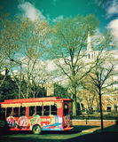 Omnibus de viaje delante de la iglesia de Cristo en Philadelphia Imagenes de archivo
