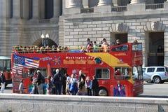Omnibus de viaje doble de la cubierta en la calle Imágenes de archivo libres de regalías