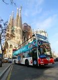 Omnibus de visita turístico de excursión delante de Sagrada Familia Imagen de archivo libre de regalías