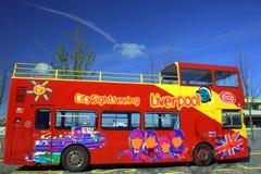 Omnibus de visita turístico de excursión en Liverpool Imágenes de archivo libres de regalías
