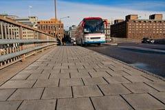 Omnibus en el puente Imagen de archivo libre de regalías