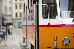 Omnibus en la ciudad que pasa cerca Imagen de archivo