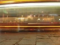 Omnibus en la noche Imágenes de archivo libres de regalías