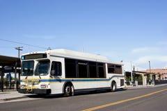 Omnibus en la parada Foto de archivo