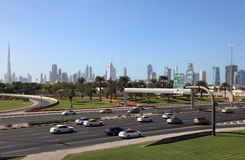 Omnibus et horizon de ville de Dubaï photos stock