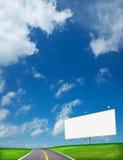 Omnibus et panneau-réclame blanc Photos libres de droits