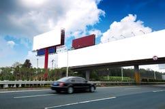 Omnibus et panneaux-réclame photo libre de droits