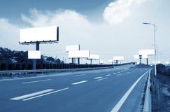 Omnibus et panneaux-réclame Image stock
