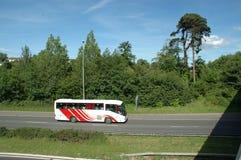 Omnibus grande en la autopista Fotos de archivo libres de regalías