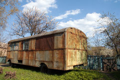 Omnibus oxidado viejo en el jardín Fotos de archivo libres de regalías