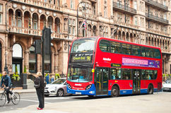 Omnibus rojo del autobús de dos pisos delante del hotel Russell fotografía de archivo libre de regalías