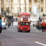 Omnibus rojo en Trafalgar Londres cuadrado Fotografía de archivo