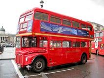 Omnibus rojo en Trafalgar Londres cuadrado Imágenes de archivo libres de regalías