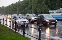 Omnibus sur un crépuscule pluvieux photos stock