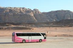 Omnibus turístico en ron del lecho de un río seco Imagen de archivo libre de regalías
