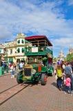 Omnibus viejo en la calle principal del centro turístico París de Disneylandya Foto de archivo libre de regalías