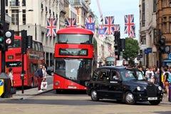 Omnibus y taxi de Londres Imagen de archivo libre de regalías