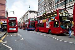 Omnibuses de apilador doble rojos en la calle de Oxford Fotos de archivo