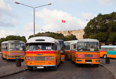 Omnibuses en la estación de autobúses en Valletta Imagen de archivo libre de regalías