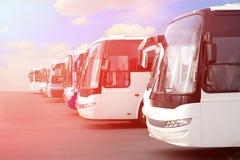 Omnibuses turísticos en el estacionamiento Imagen de archivo