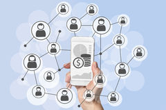 Omnichannel和病毒社会营销和流动销售概念用拿着现代巧妙的电话的手 图库摄影