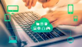 Omnichannel的概念在改进公司的表现的设备之间的 在事务的创新解答 库存图片