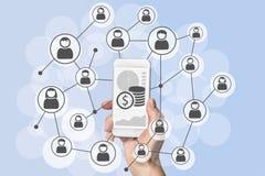 Omnichannel e conceito social viral do mercado e o móvel das vendas com a mão que guarda o telefone esperto moderno fotografia de stock