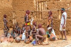 Omo谷人-哈马尔部落在市场上 免版税库存图片