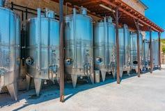 Omodhos, Chipre - 07 06 18: los tanques de acero inoxidables para la fermentación del vino en el lagar fotografía de archivo
