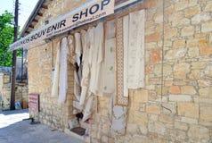 Omodos,塞浦路斯2015年5月15日 从鞋带的纺织品 从塞浦路斯的纪念品 免版税库存照片