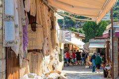 OMODOS,塞浦路斯- 2015年10月4日:传统纪念品店机智 图库摄影
