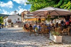OMODOS,塞浦路斯- 2015年10月04日:坐在户外的人们 免版税图库摄影