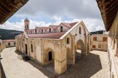 OMODOS, CHIPRE - MAYO DE 2016: Monasterio ortodoxo de Timios Stavros Foto de archivo