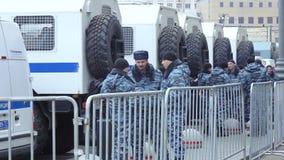 Omon con los coches para arrestado almacen de metraje de vídeo