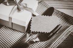 Łomotać stołowego położenie Cutlery z Pustą etykietką i teraźniejszością Zdjęcie Stock