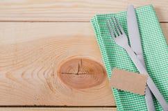 Łomotać stołowego położenie Cutlery z Pustą etykietką i teraźniejszością Obrazy Royalty Free