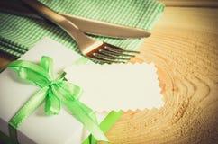 Łomotać stołowego położenie Cutlery z Pustą etykietką i teraźniejszością Zdjęcia Stock