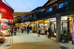 Omotesando het Winkelen straat in Miyajima stock foto's