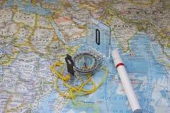 Ompass de ¡ de Ð et un marqueur sur une carte du monde Photographie stock