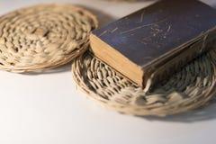 Omposition do ¡ de Ð: Livro velho com elementos de madeira 2019 fotografia de stock royalty free