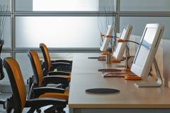 ?omputers con gli schermi dell'affissione a cristalli liquidi in ESSO ufficio Fotografie Stock