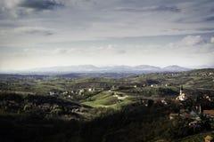 Område av Zagorje nära Zagreb i tidig höst med lotten av byar på kullar och berg i avstånd royaltyfri bild