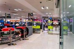 Område för kontroll för Dublin, Irland, Maj 2019 Dublin flygplatsterminal 1, handbagage- och passagerare royaltyfri foto