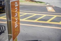 Område för parkering för Walmart uppsamlingsservice royaltyfri foto