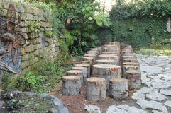 10 Område i parkerabänken från rester av trädstammen Royaltyfri Fotografi